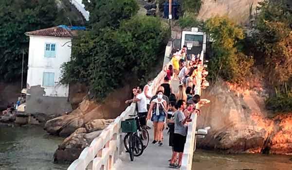 Aglomeração na ponte da Ilha da Boa Viagem