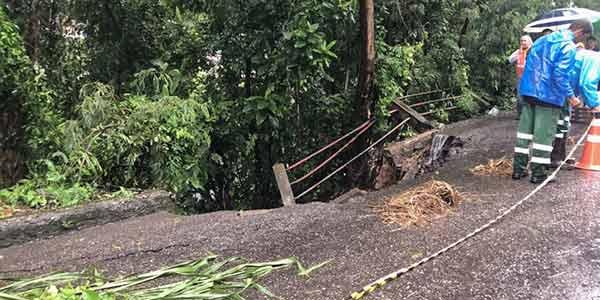 Encosta cede e interdita parte da Estrada da Garganta do Viradouro