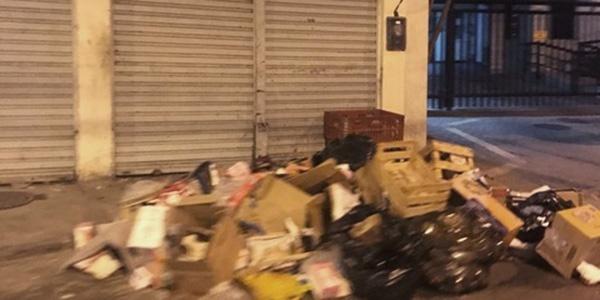 6db4cc813d4 A Rua Nilo Peçanha é transformada todos os dias em depósito de lixo do  mercado Joia