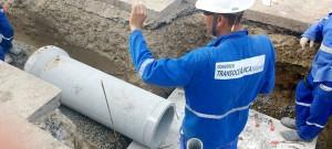 Operários instalam manilhas de 40 centímetros de diâmetro no trajeto da TransOceânica