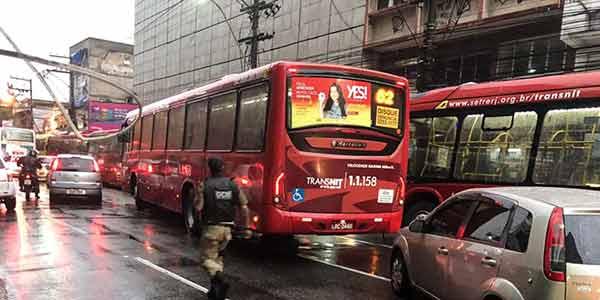 Guarda municipal tenta controlar o acesso dos ônibus ao ponto do Niterói Shopping