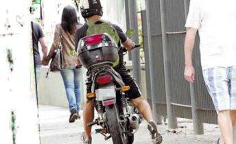 moto na calçada