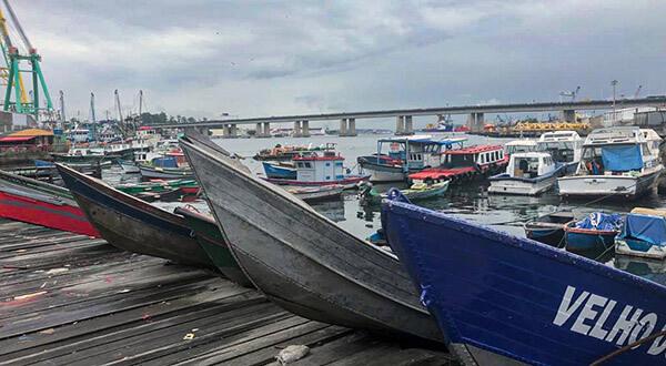 Ponta d'Areia com barcos parados