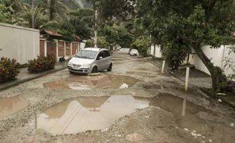 Rua das Rosas, em Itacoatiara, vira mar de lama em dia de chuva