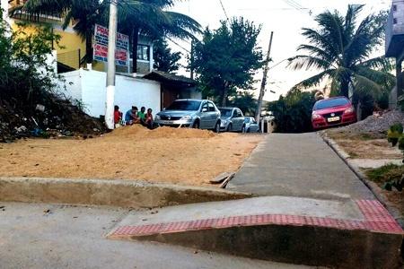 Praça bloqueia carros na saída de Camboinhas para Piratininga