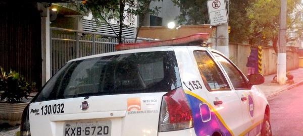 Carro da Guarda Municipal interrompe o trânsito na Rua Lemos Cunha, na hora do rush em Icaraí