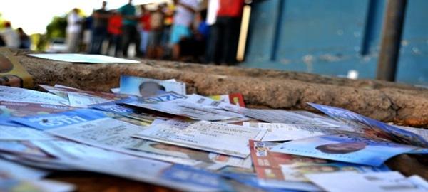 Do primeiro turno, o que sobra é o lixo eleitoral, os santinhos jogados ao vento contrariando as normas do TSE