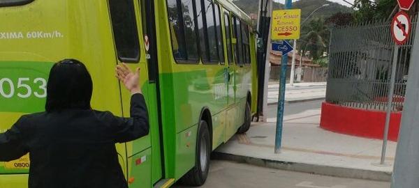 Cobrador orienta motorista do ônibus que precisa subir a calçada para entrar na avenida do Cafubá