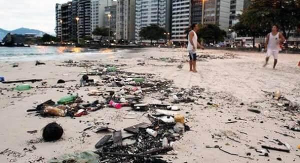 praia poluída