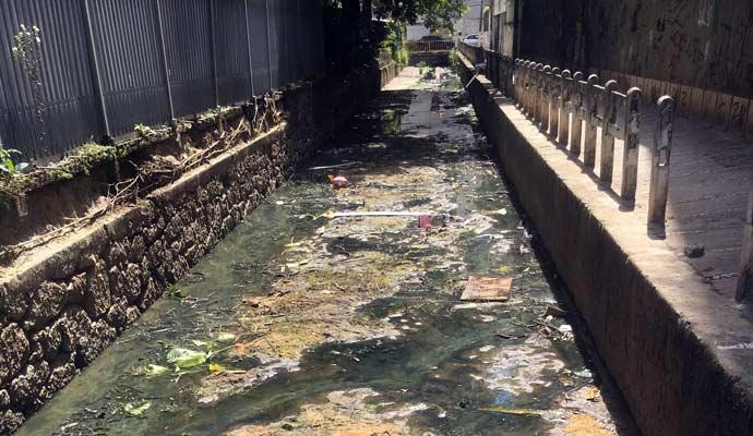 rios e valões sujos e assoreados