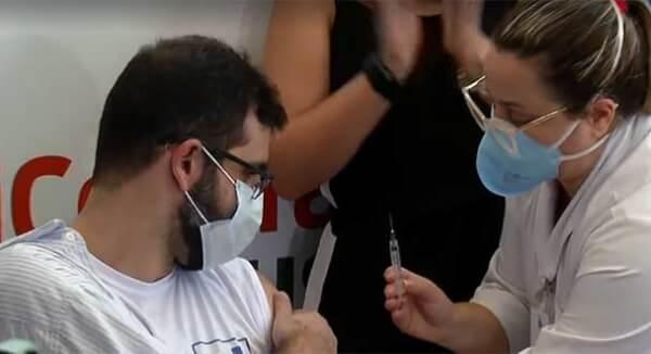 rodrigo oliveira toma vacina contra Covid em Niterói