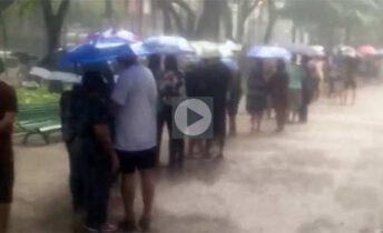 idosos na chuva